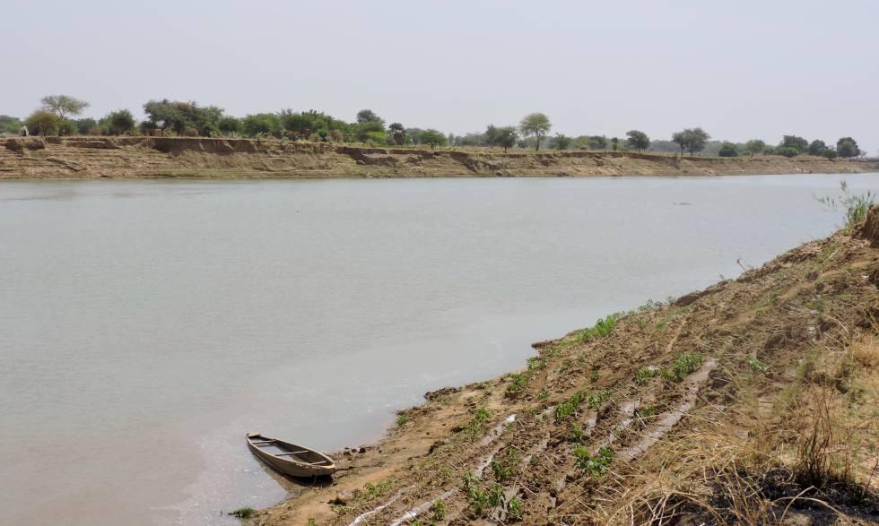 La erosión por los cambios en la configuración del río pone en riesgo los terrenos de los agricultores de Amanback.