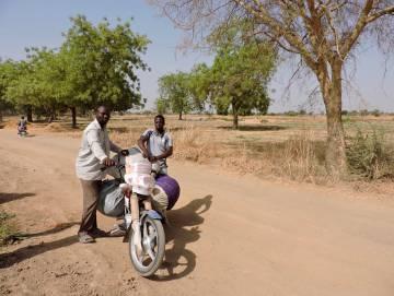 Los intermediarios que llegan en motos desde la capital para comprar la producción de los huertos fijan unos precios que dejan a los agricultores con poca capacidad de negociación.