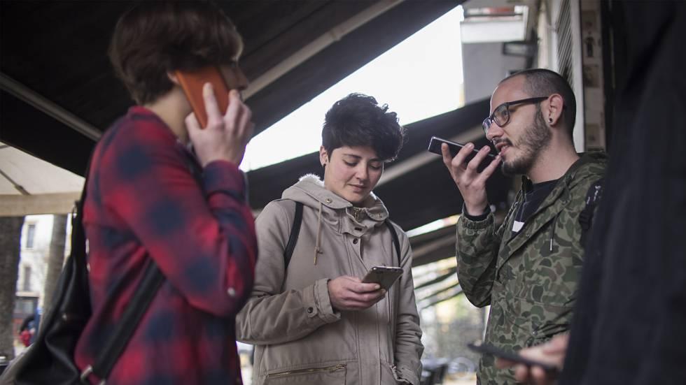 Un grupo de jóvenes usando sus teléfonos móviles.rn
