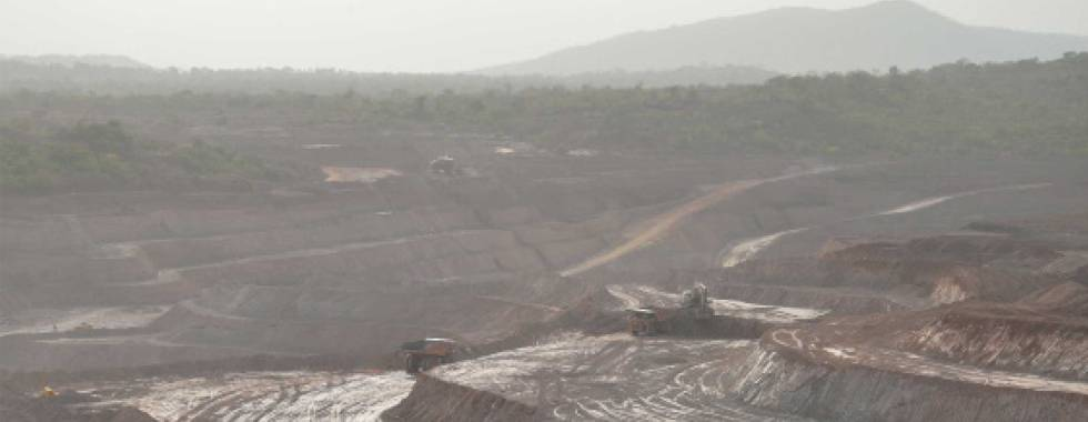 Destrucción de la selva por una mina.
