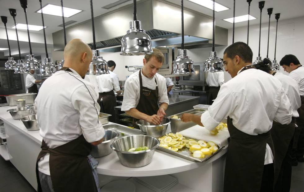 Becarios en la cocina estilo el pa s for Cocina de restaurante