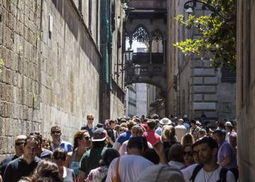 Barcelona mayor introduces one-year ban on new tourist accommodation