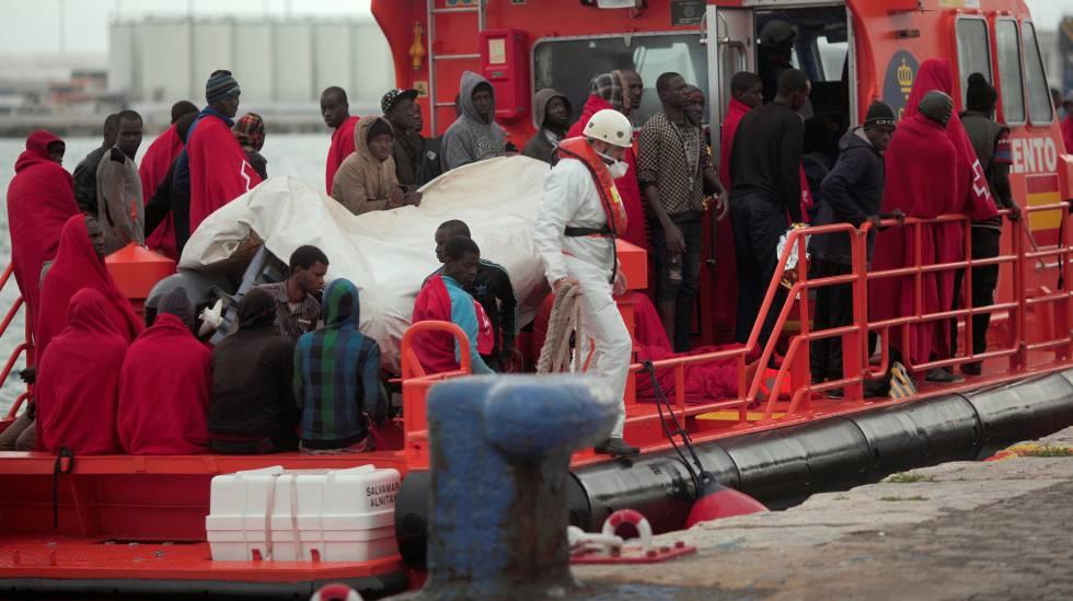 Personas rescatadas de una patera en el Estrecho de Gibraltar.