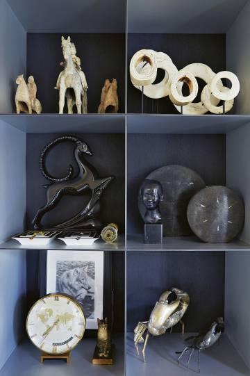una estantera del saln principal con regalos y otros objetos adquiridos por el diseador en diferentes
