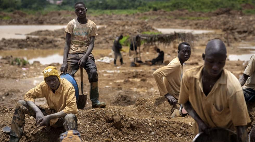 Un grupo de buscadores de oro ilegales, en el sur de Ghana.