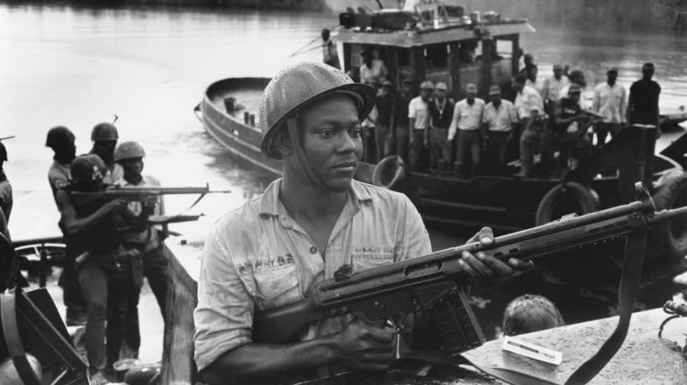 Un soldado ibo durante la guerra de Biafra.