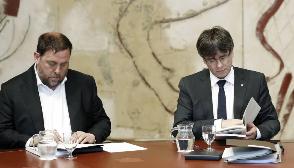 El vicepresidente de la Generalitat, Oriol Junqueras , y el presidente de la Generalitat de Cataluña, Carles Puigdemont, en una reunión semanal del gobierno catalán.