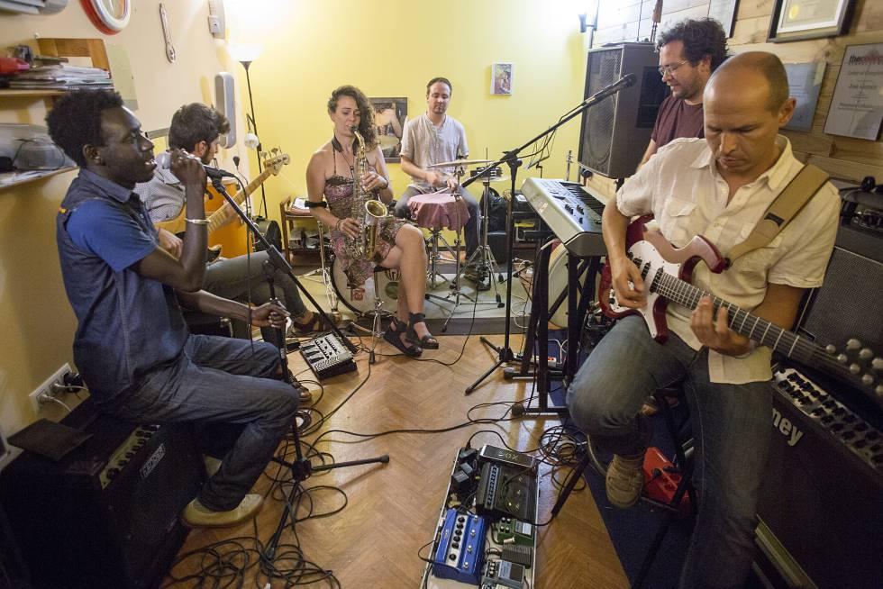 El grupo One Pac & Fellows en un momento del ensayo, en Sevilla.