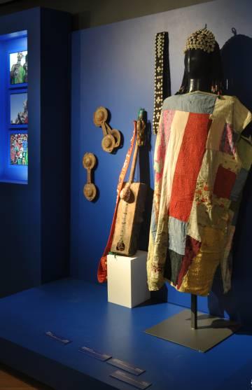 Indumentaria gnawi e instrumentos para la música gnawa (siglo XIX, principios del XX).