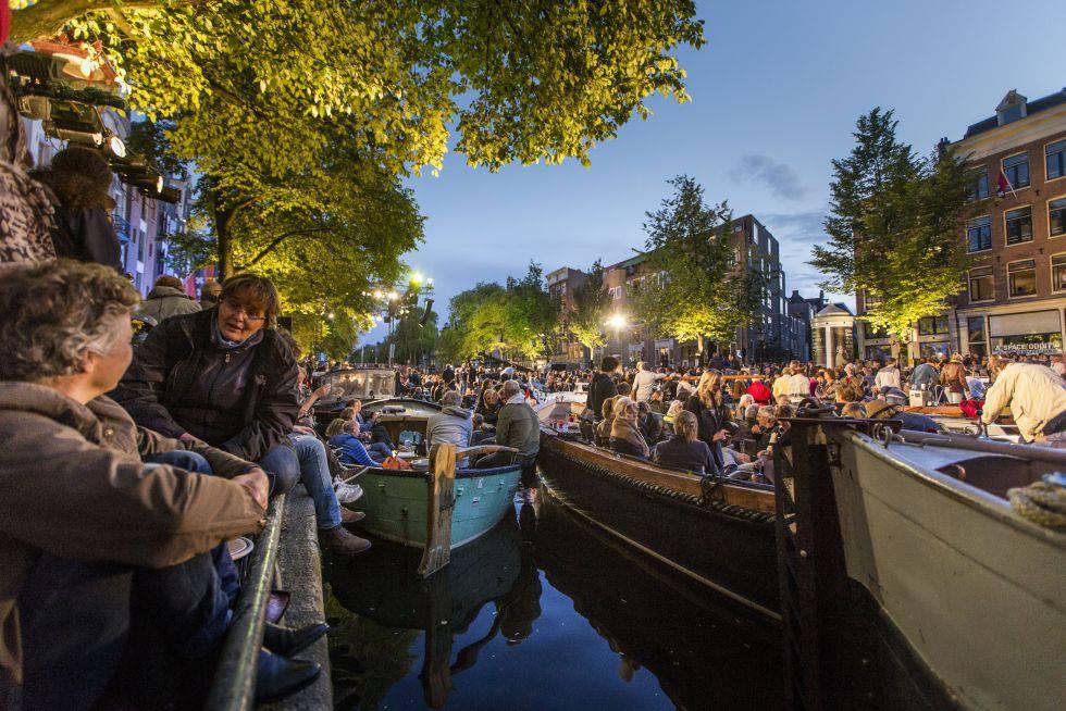 Barcas en el canal de Prinsengracht, en Ámsterdam, durante el Grachtenfestival.