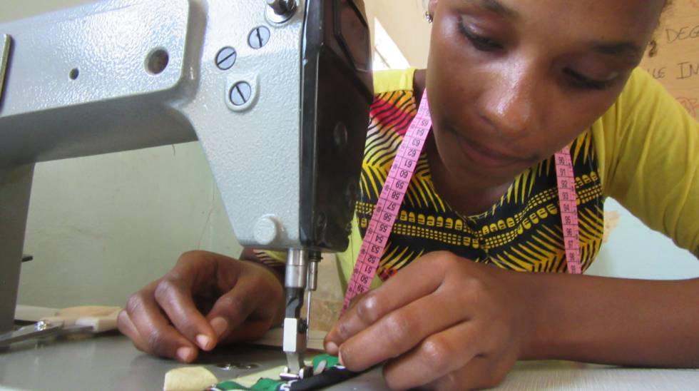 Suadu Diallo cose en el centro de personas con diversidad funcional de Kolda, en el sur de Senegal.