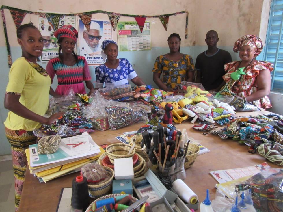 Suadu Diallo, Aminata Sylla, Adama Diao, Talla Kande, Badou Mbalo y Aisatou Doumbia, en su taller en Kolda.