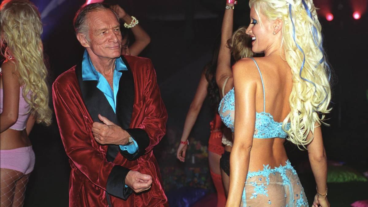 Hugh Hefner en su mansión con las chicas Playboy.