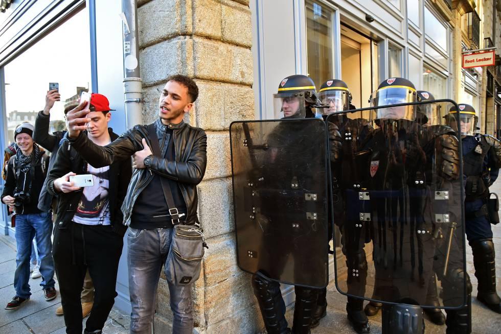 Un joven se hace un selfie durante una protesta en Rennes (Francia).