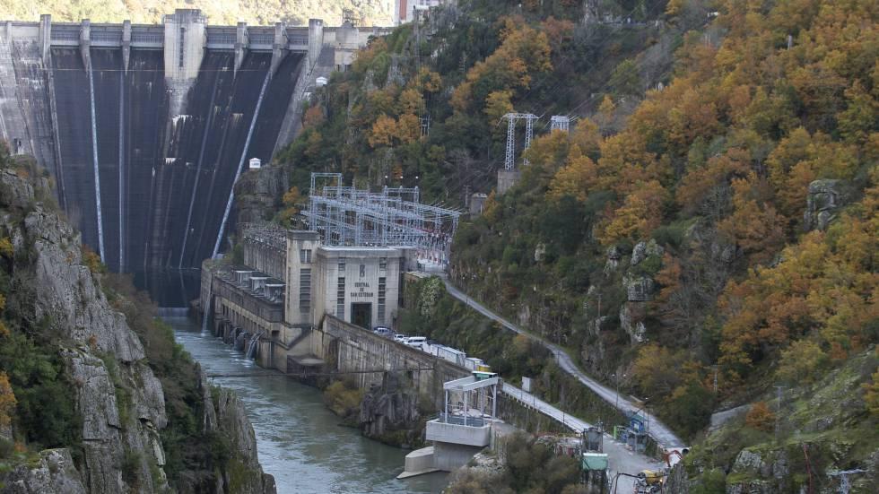 Presa de Santo Estevo (Central hidroeléctrica), en el cruce del río Sil.