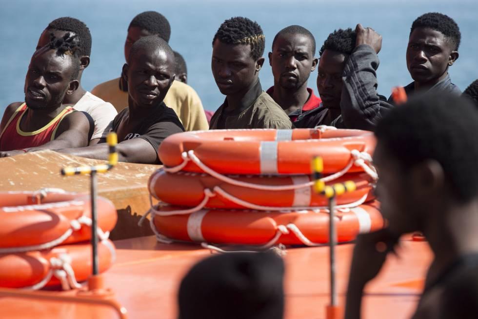 Inmigrantes rescatados este jueves por Salvamento Marítimo y trasladados a Málaga.
