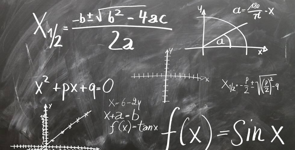 Un conjunto de ecuaciones, incógnitas y vectores pueblan una pizarra.