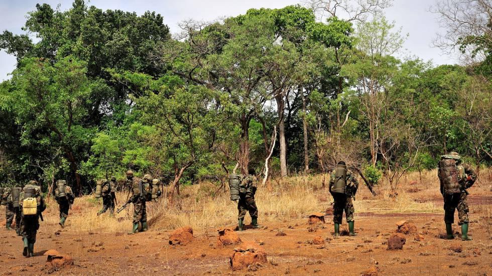 Tropas ugandesas patrullan en la República Centroafricana.