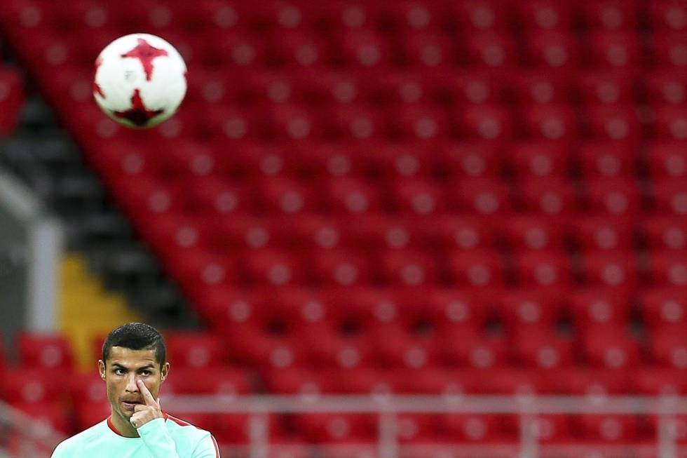 El delantero de la selección lusa, Cristiano Ronaldo durante un entrenamiento.rn rn rn