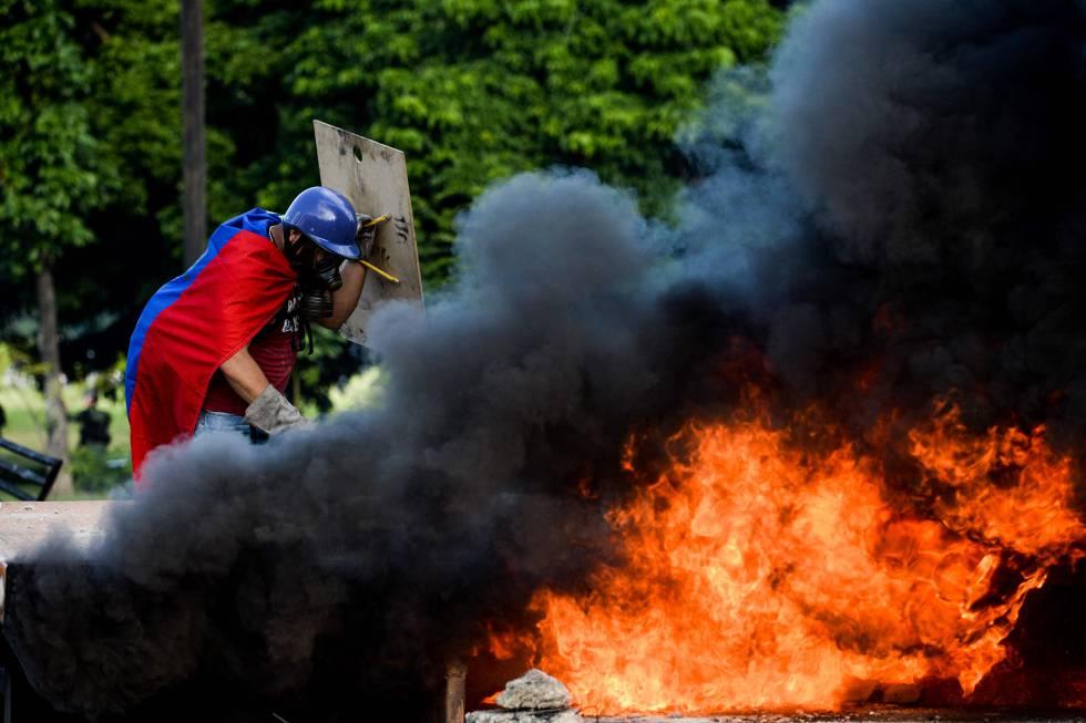 Un manifestante, durante una movilización en Caracas el pasado día 23.