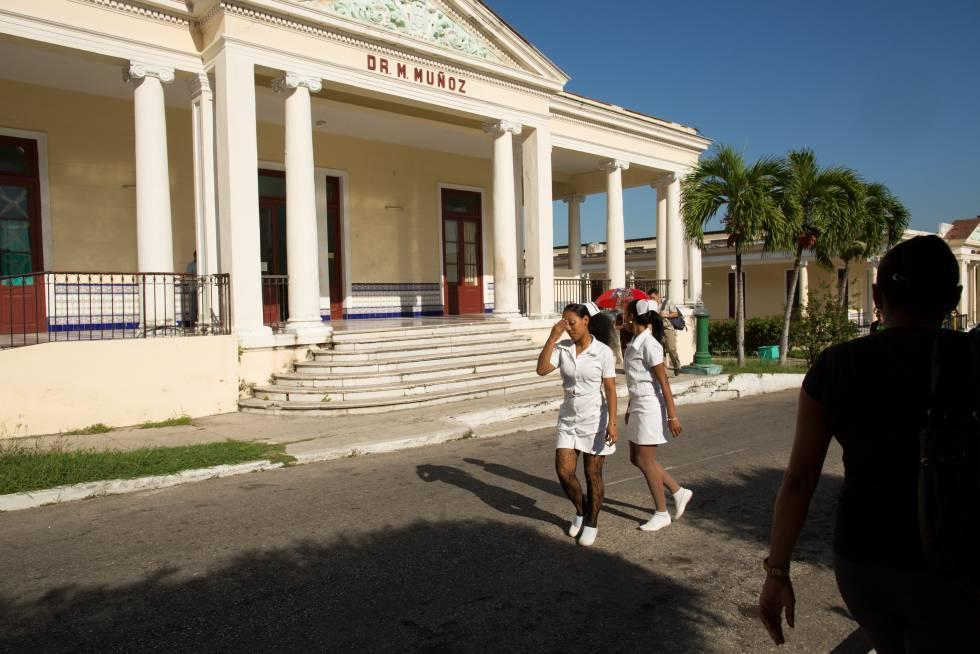 Enfermeras caminando entre los edificios del Hospital Salvador Allende. Todos los alumnos estadounidenses de la ELAM realizan los estudios de tercero a sexto curso de medicina en este centro.