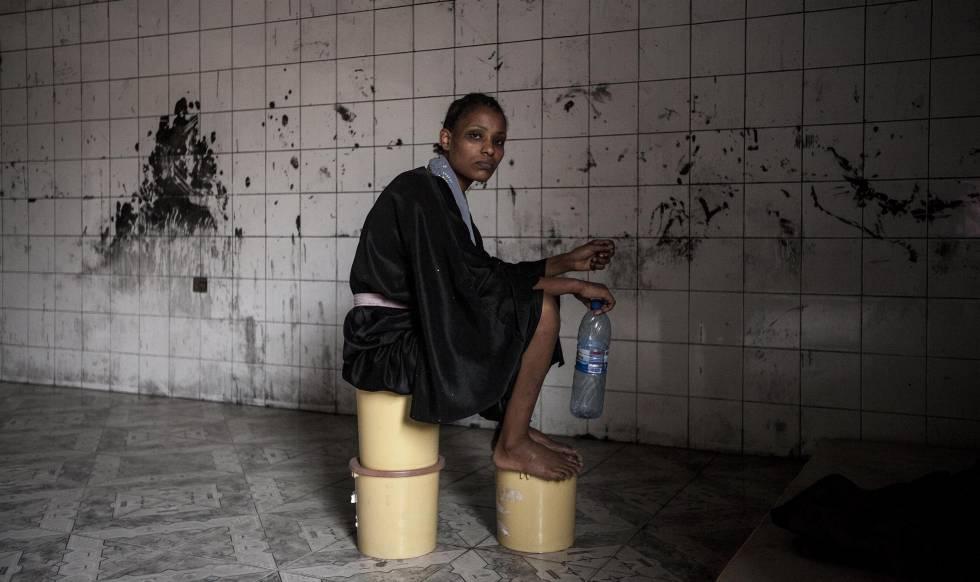 Una mujer migrante en Libia.