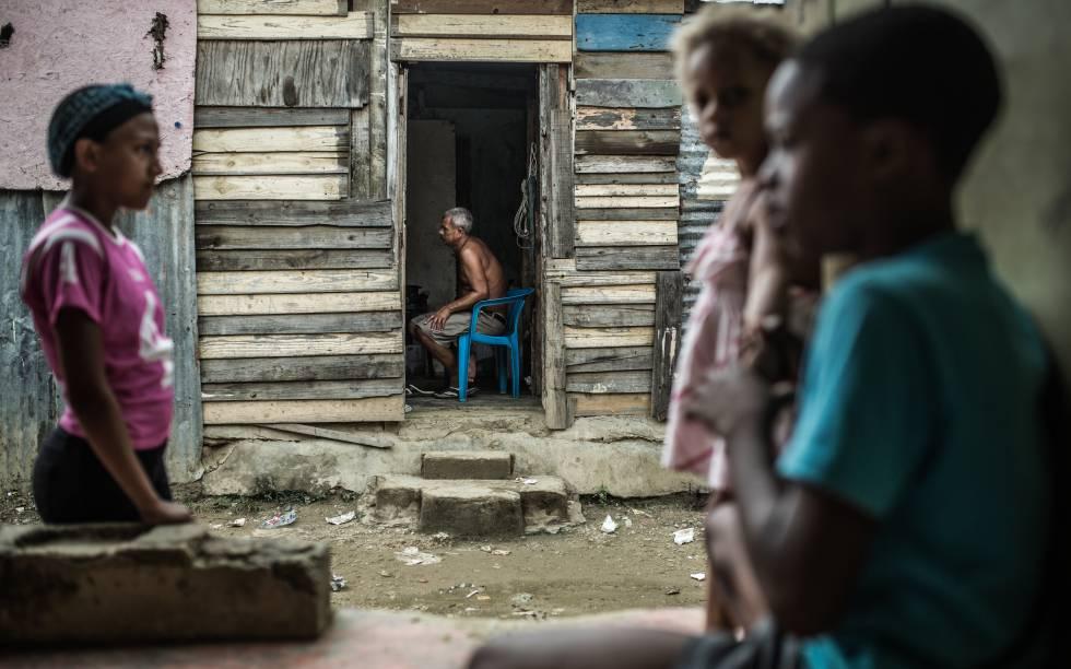 Un grupo de niños en los suburbios de la zona ribereña del barrio Simón Bolivar en Santo Domingo.