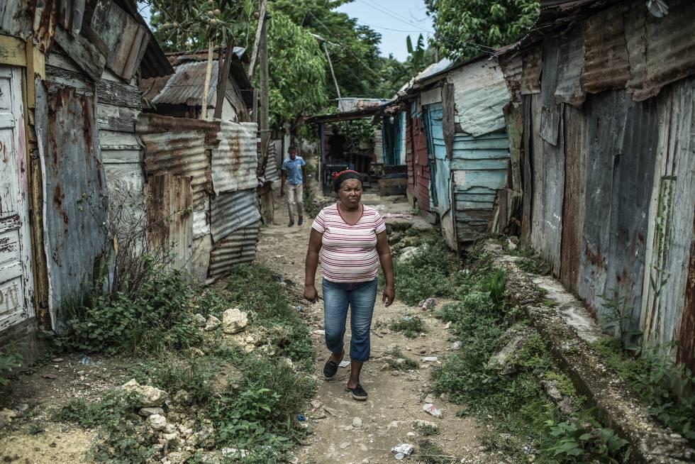 Yaquelín paseando por la zona ribereña de asentamientos precarios conocida como Simón Bolívar, que se extiende por las orillas de los ríos Ozama e Isabela, en Santo Domingo.