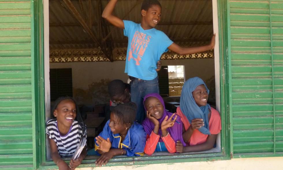 Alumnos en una escuela de Dakar financiada parcialmente por la Unión Europea.