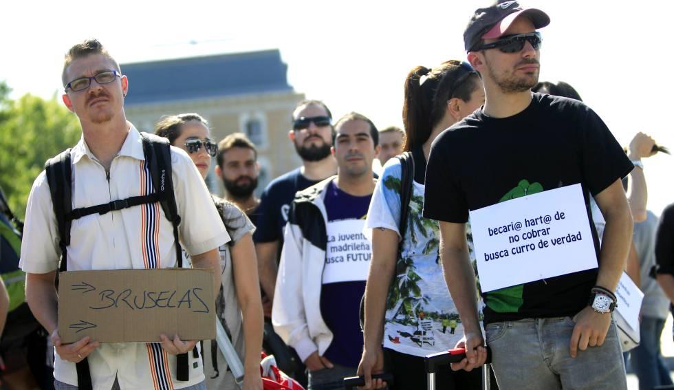 """Un grupo de jóvenes se manifiestan bajo el lema """"La juventud madrileña busca futuro. Juventud condenada al exilio""""."""