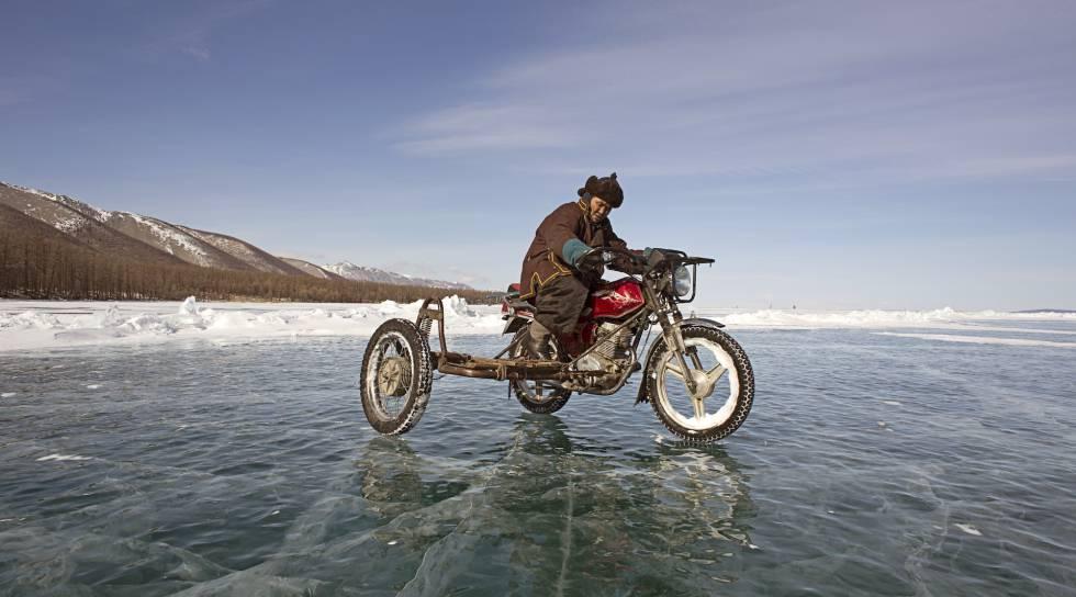 Durante el invierno, el lago Hovsgol, que da nombre a la región, está completamente helado.