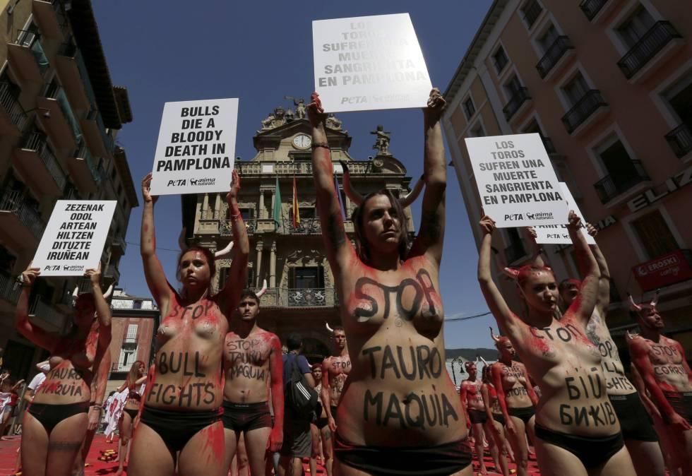 Activistas antitaurinos, este miércoles en Pamplona.