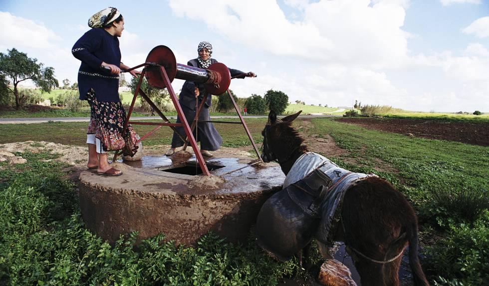 Dos mujeres sacan agua de un pozo en Marruecos.