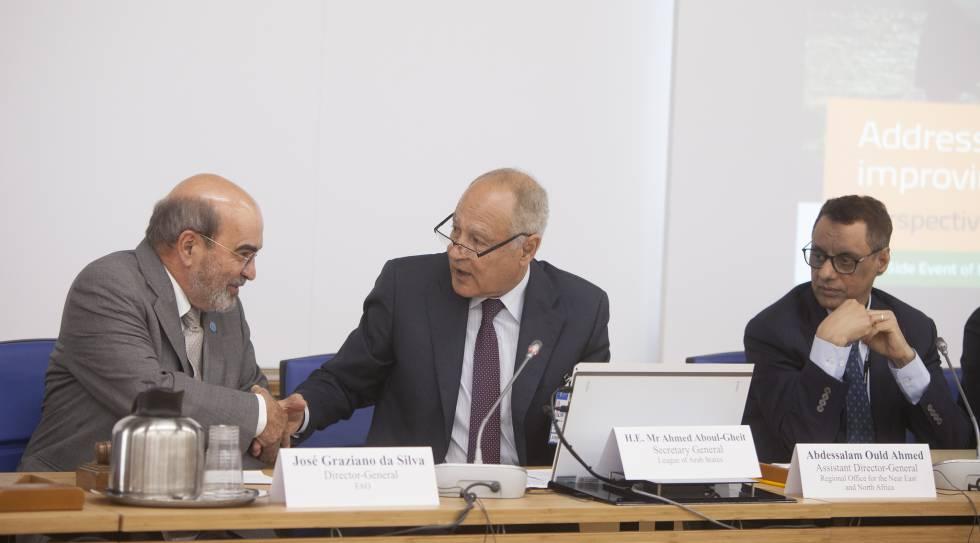 El director general de la FAO José Graziano da Silva, y el secretario general de la Liga Árabe Ahmed Aboul-Gheit, se estrechan la mano durante un evento de la conferencia bianual de la FAO, en Roma, sobre los problemas de escasez de agua en el norte de África.