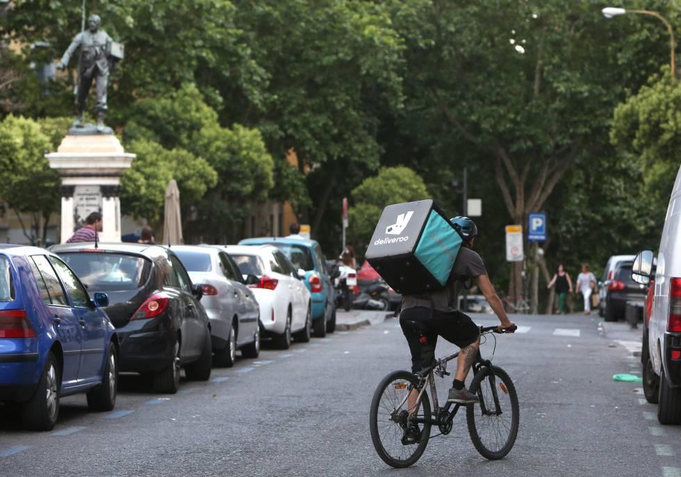 Un repartidor-mensajero de la empresa Deliveroo, en bicicleta por el centro de Madrid.