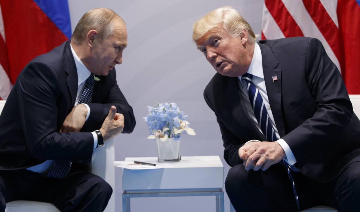 Putin y Trump dialogan durante su encuentro en Hamburgo.