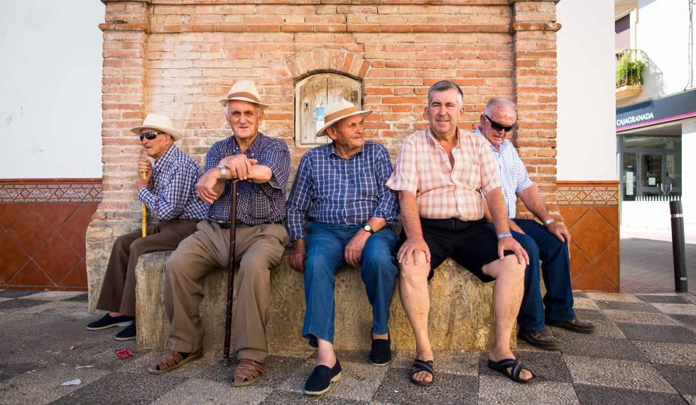 Resultado de imagen de abuelos plaza pueblo