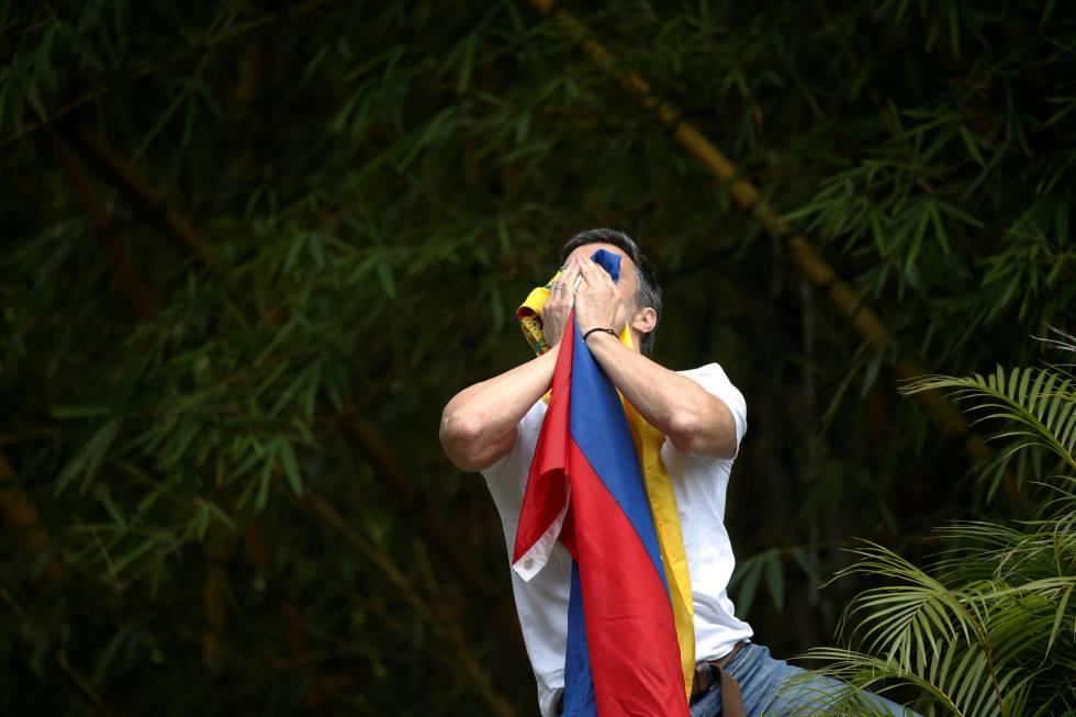 Leopoldo López saluda a sus seguidores tras su liberación en Caracas.
