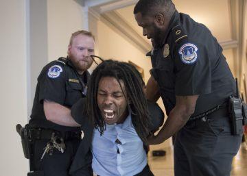La policía detiene a un manifestante en el Capitolio.