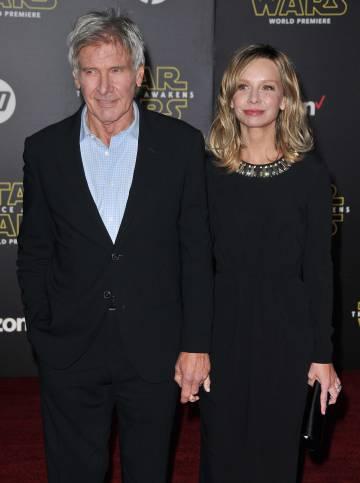 Los actores Harrison Ford y Calista Flockhart en el estreno de 'Star Wars: El despertar de la Fuerza' en diciembre de 2015.