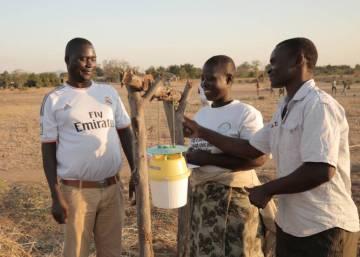 Agricultores contra la enésima plaga de Malawi