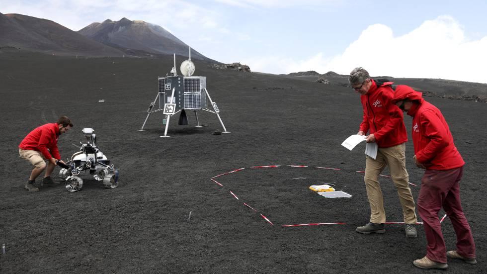 Cientificos probando robots en el Etna, en Italia, en una imagen tomada el 2 de julio.