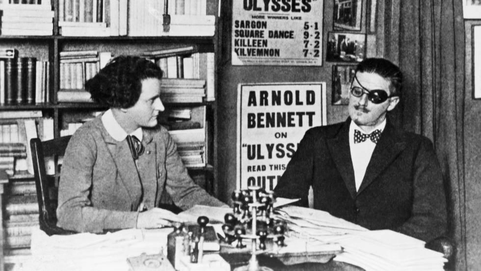 James Joyce junto a su editora Sylvia Beach.