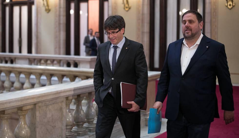Carles Puigdemont junto a Oriol Junqueras en el Parlamento catalán.