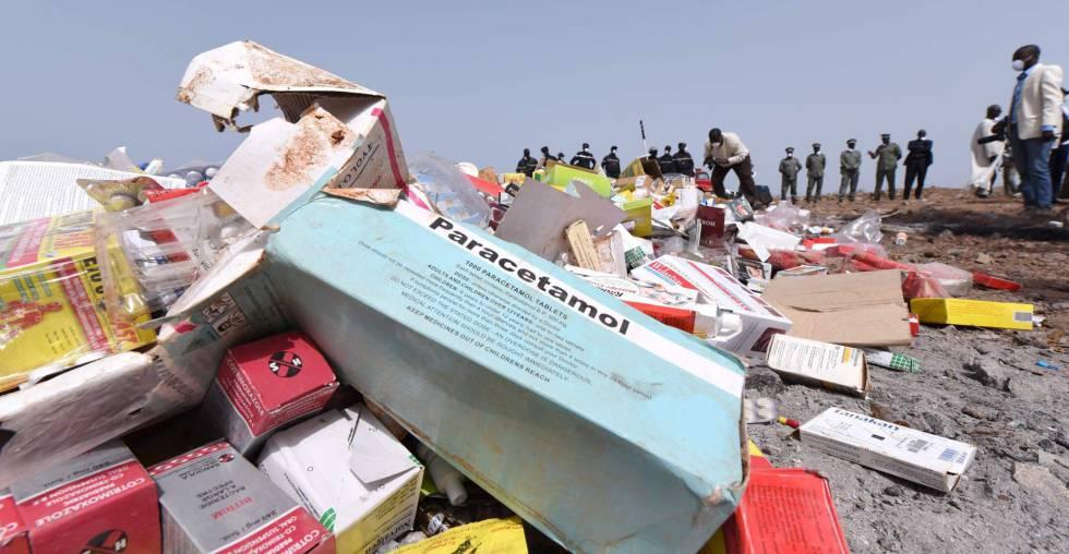 Imagen del 21 de abril de 2015 en la que se ven los trabajos de destrucción de cuatro toneladas de medicamentos ilegales en Dakar, Senegal.