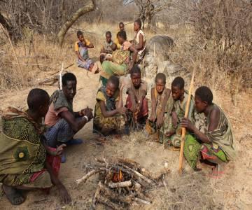 Mujeres hadzas asando unos tubérculos llamados ekwa.