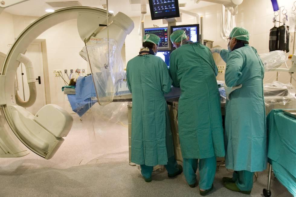 Un equipo médico lleva a cabo una intervención en un paciente con ictus