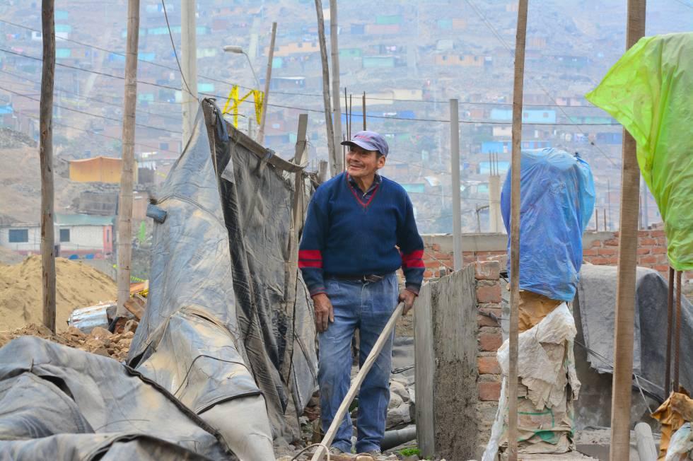 Hipólito Roca, de 78 años, está construyendo la segunda planta de su casa. Lleva 28 viviendo en Cajamarquilla.
