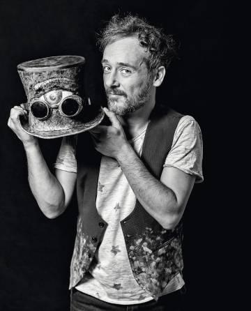 Santi Balmes posa para ICON con un sombrero  steampunk  después de haberle  dado una capa de pintura a alguna inocente pared. Pep Scoda f79f767e03d