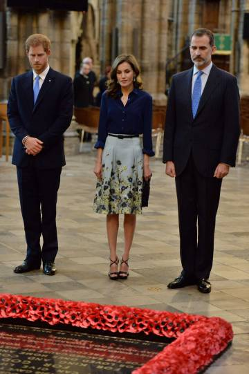 Britain's Prince Harry (l), Queen Letizia and King Felipe during the laying of a wreath at the Tomb of the Unknown Warrior during a visit to Westminster Abbey.